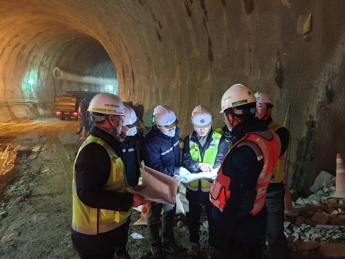 작업현장의 안전상태를 점검하고있다.